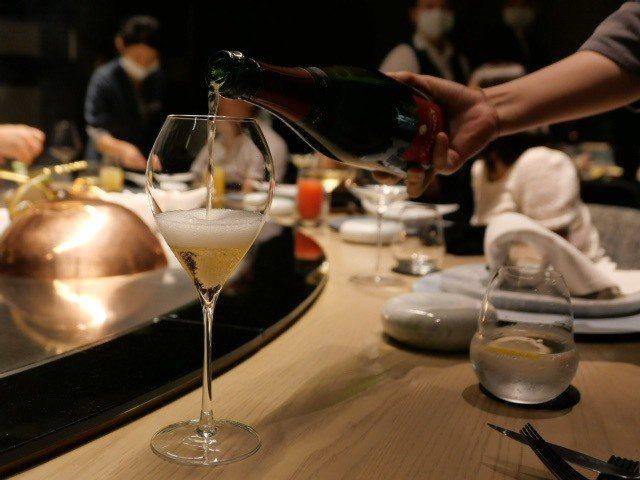 香檳的綿密汽泡展現出豐沛活力,尾韻的成熟度彷彿走入豐收葡萄園。 圖/蕭涵 攝影
