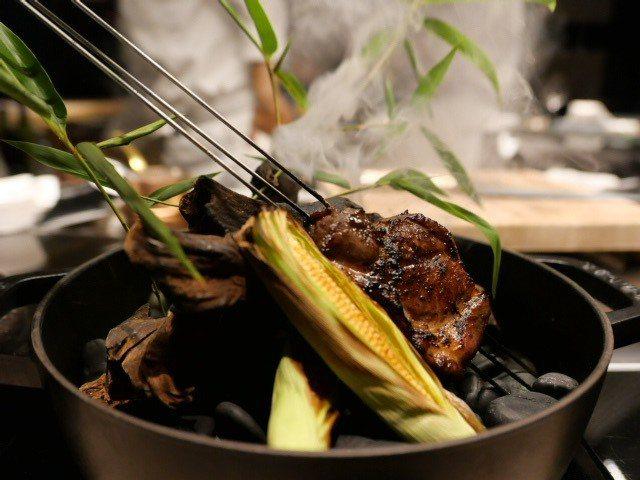 平埔黑毛豬,沾上用米味噌製成的醬汁,微辣滋味更顯出誘人燻香。 圖/蕭涵 攝影