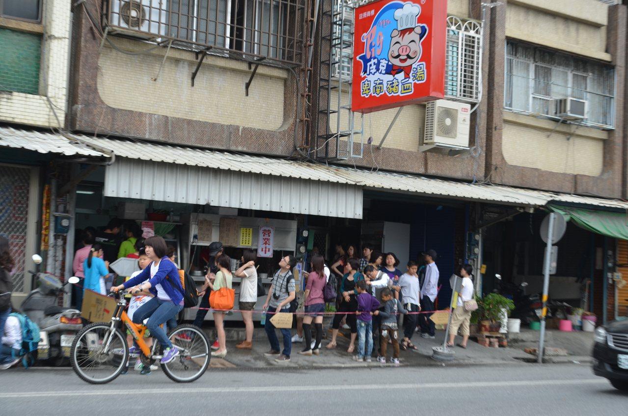 獲網友票選台東十大必吃美食之一的卑南豬血湯。 圖/羅紹平 攝影