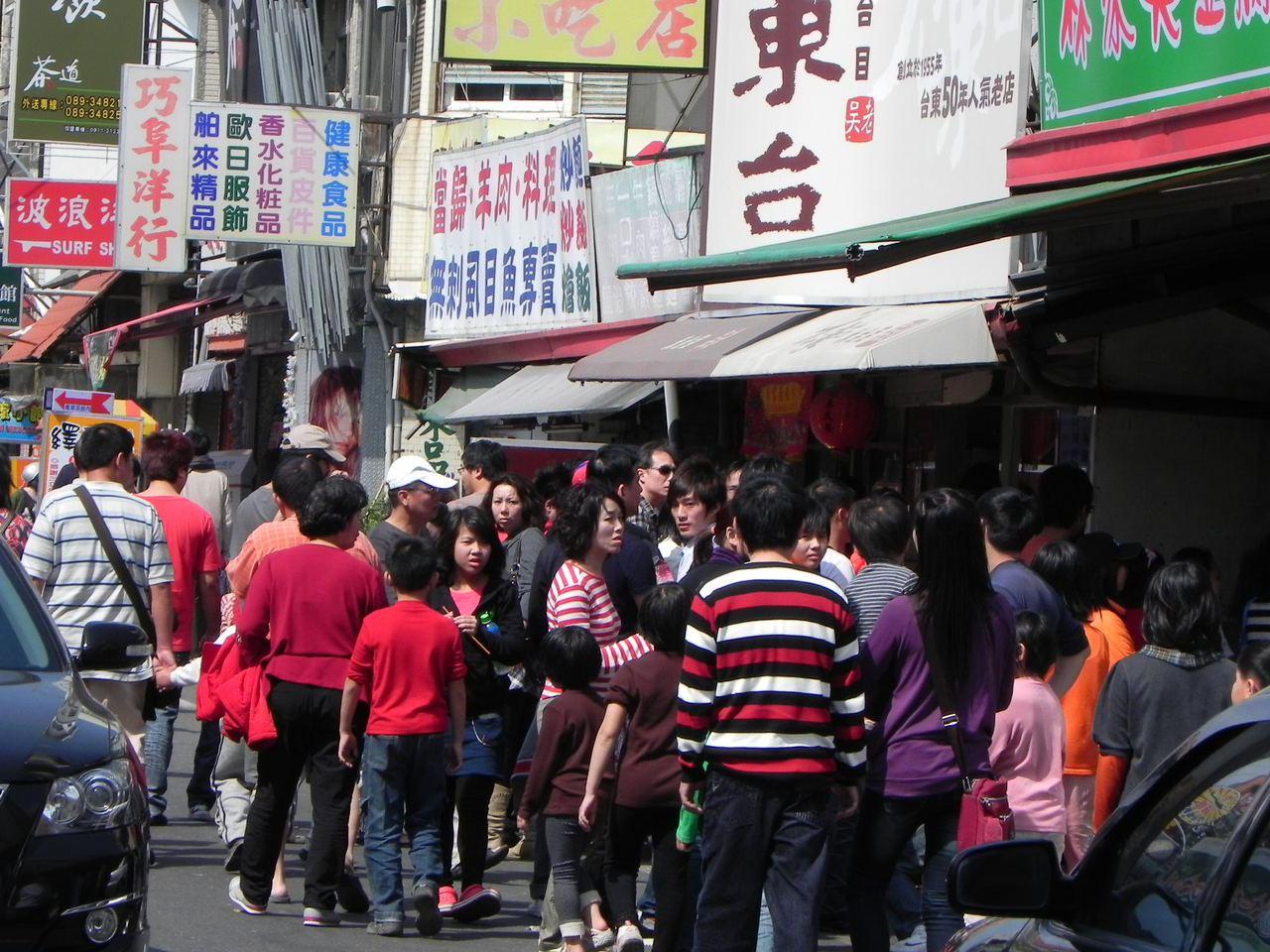 台東市正氣路「林家臭豆腐」連假常聚集大批慕名而來的外地「逐臭族」,大排長龍的人潮...
