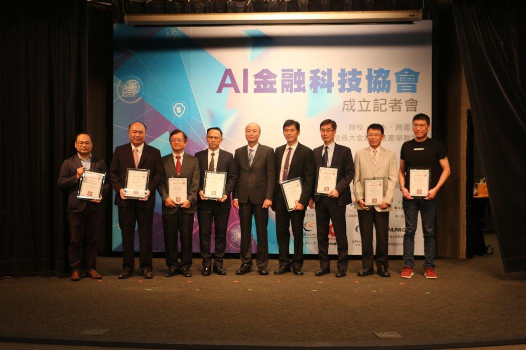 研勤科技董事長簡良益(右一)獲邀參與創始AI金融科技協會成立,期許共同推動台灣的...