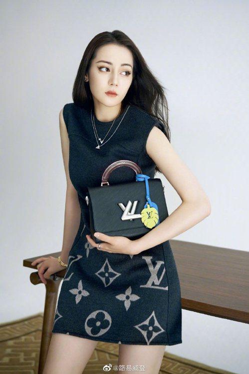 迪麗熱巴在正裝與黑色包款中,增加可愛吊飾為一身沉穩帶來活潑點綴。 圖/取自微博