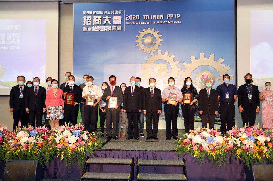 行政院沈榮津副院長(中) 頒發卓越獎等五個機關暨各企業。