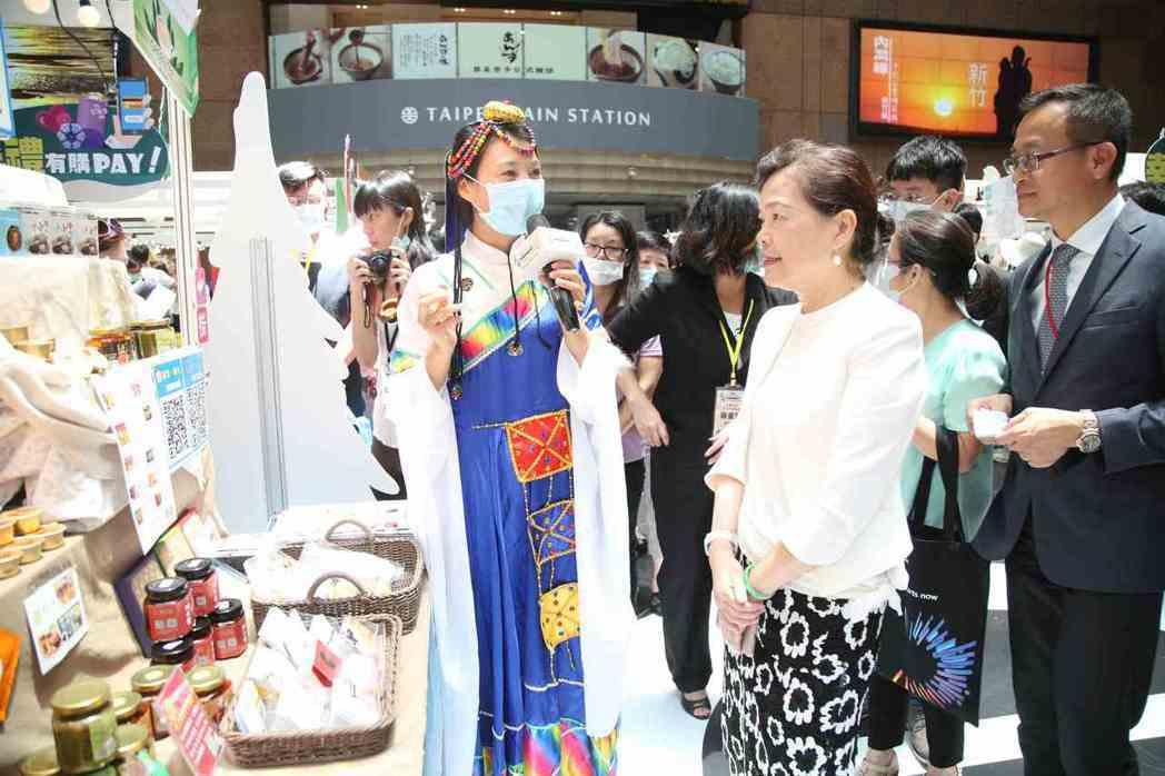 經濟部長王美花參觀由新住民組成的「群聚一線牽」攤位。 毛洪霖/攝影