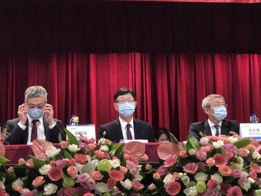 鴻海董事長劉揚偉6月時主持股東大會,並和股東互動。圖/報系資料畫面