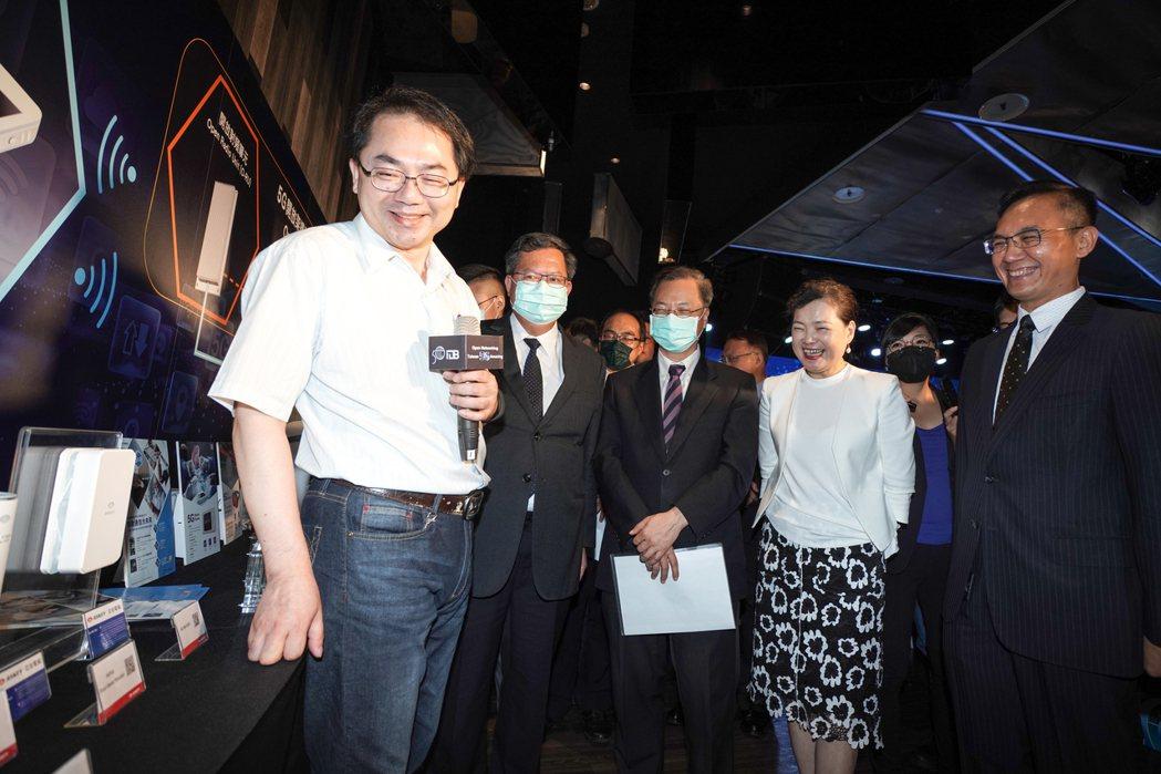 與會貴賓一同參觀台灣網通業者的5G設備。 經濟部/提供