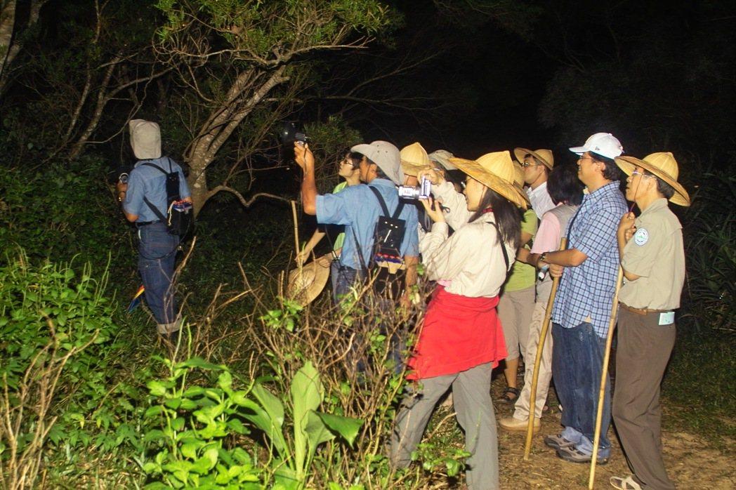 訓練社區解說員帶領遊客夜間生態觀察 圖/陳美惠提供