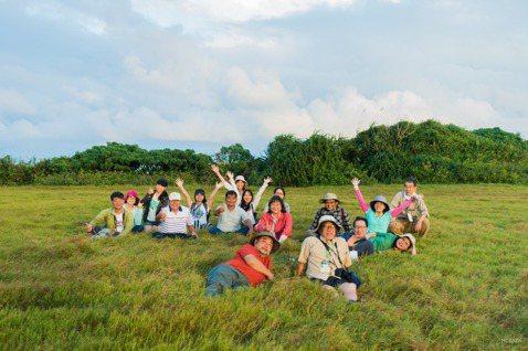 帶日本里山專家到水蛙窟部落草原生態體驗。 圖/陳美惠提供