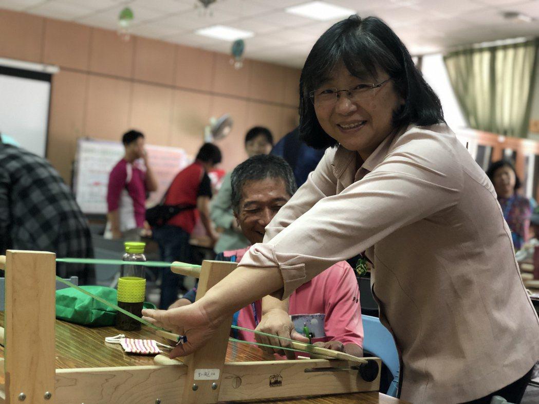 現場了解與體驗部落編織體驗活動。 圖/陳美惠提供