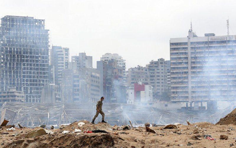 黎巴嫩大爆炸2天後,法國總統馬克宏飛抵貝魯特,承諾全力給予人道救助。 圖/美聯社