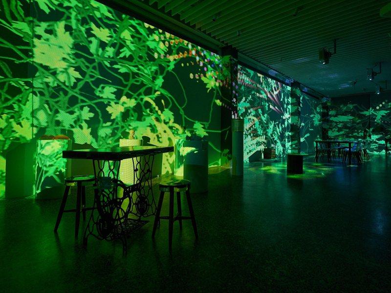 金山區的朱銘美術館延伸到金山市區,展出裝置藝術作品,並搭配絢爛光影,呈現日夜不同風情。 圖/紅樹林有線電視提供