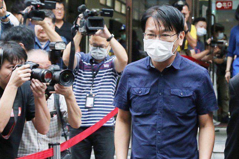 時代力量前主席徐永明(右)涉貪,LINE收賄事證曝光。圖/聯合報系資料照片