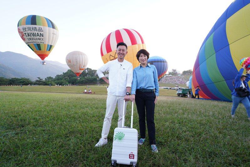 新竹市長林智堅(左)與台東縣長饒慶鈴(右)今天一早共搭熱氣球離開地球表面,看見台灣美麗風景。圖/台東縣政府提供