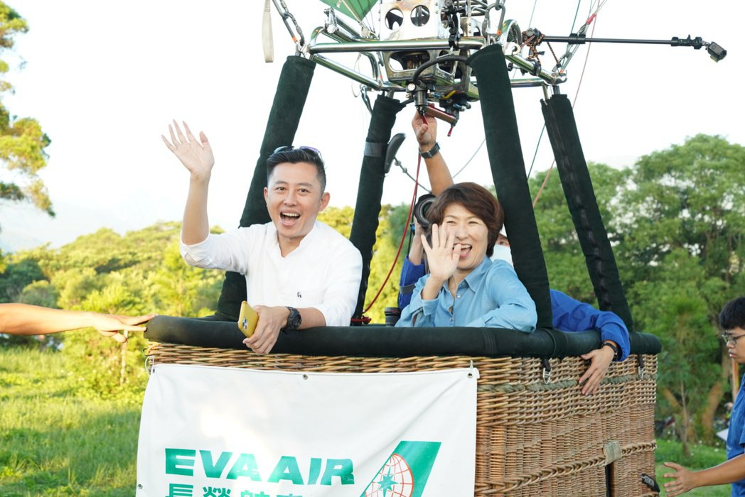 新竹市長林智堅(左)與台東縣長饒慶鈴(右)今天一早共搭熱氣球離開地球表面,看見台...