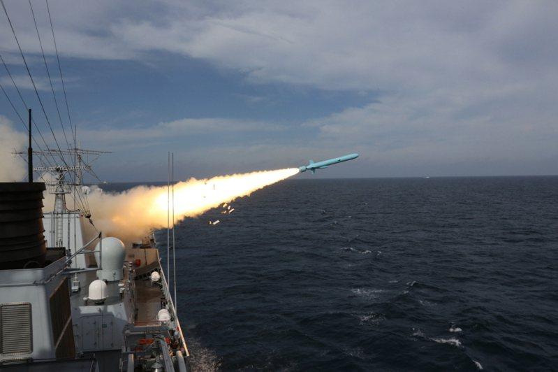 圖為2016年8月1日解放軍在東海舉行實兵實彈對抗演習,鄭州艦發射新型反艦導彈。新華社