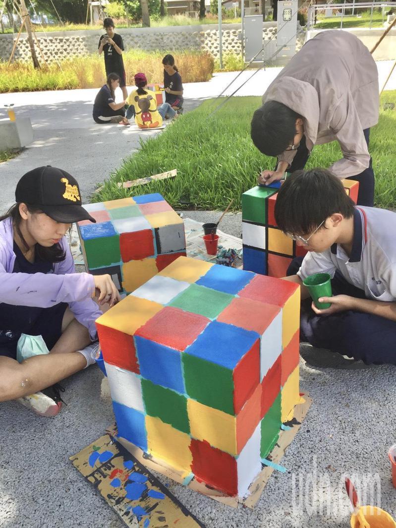 台南高商與光華高中師生將水交社文化園區的水泥方塊,彩繪成不同造型的圖像。記者鄭惠仁/攝影