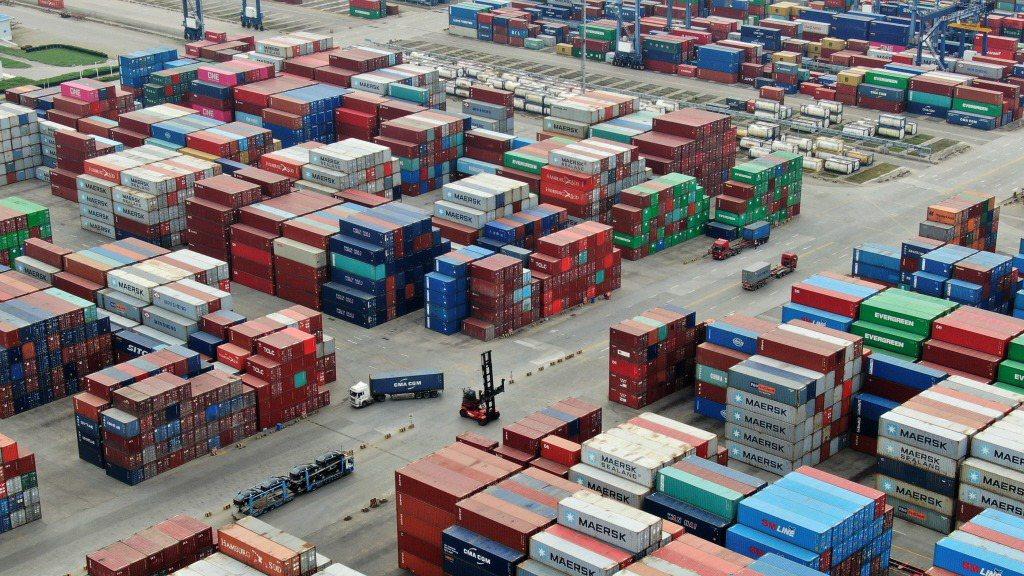 大陸7月出口大幅成長10.4%。圖為南京龍潭港區貨櫃碼頭。中新社