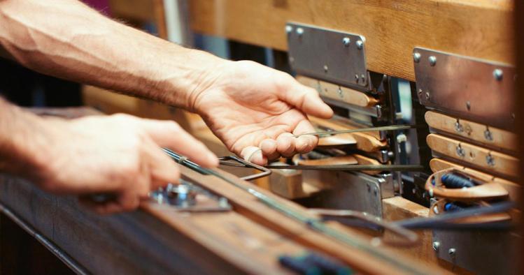 並非由機械大量自動生產,而是由人手操作、精細調整製造工序,也令Montblanc...