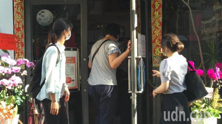 台中市前議長張宏年一家四口服用盛唐中醫診所的藥物出現鉛中毒,檢察官昨天下午指揮員...