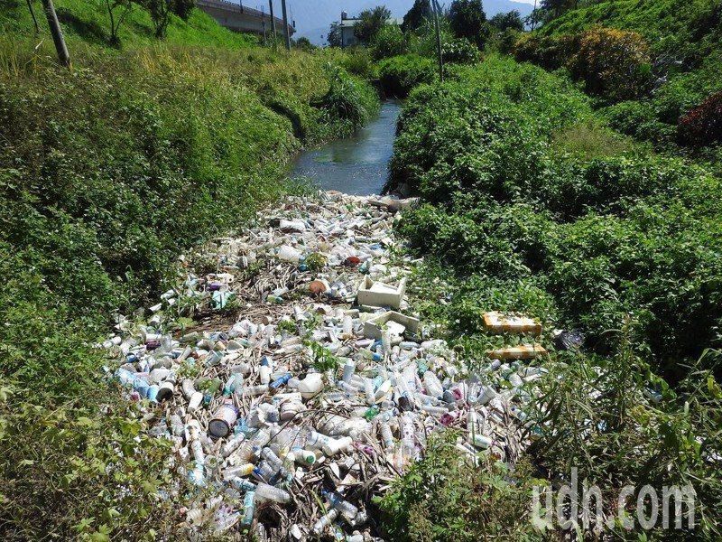 國道六號下方排水系統曾堆積大批垃圾。圖/本報資料照片