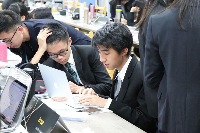 大學指考今天放榜,年僅16歲的侯靖宣(使用電腦者)考上台大醫科。圖/台北市私立東山高中提供