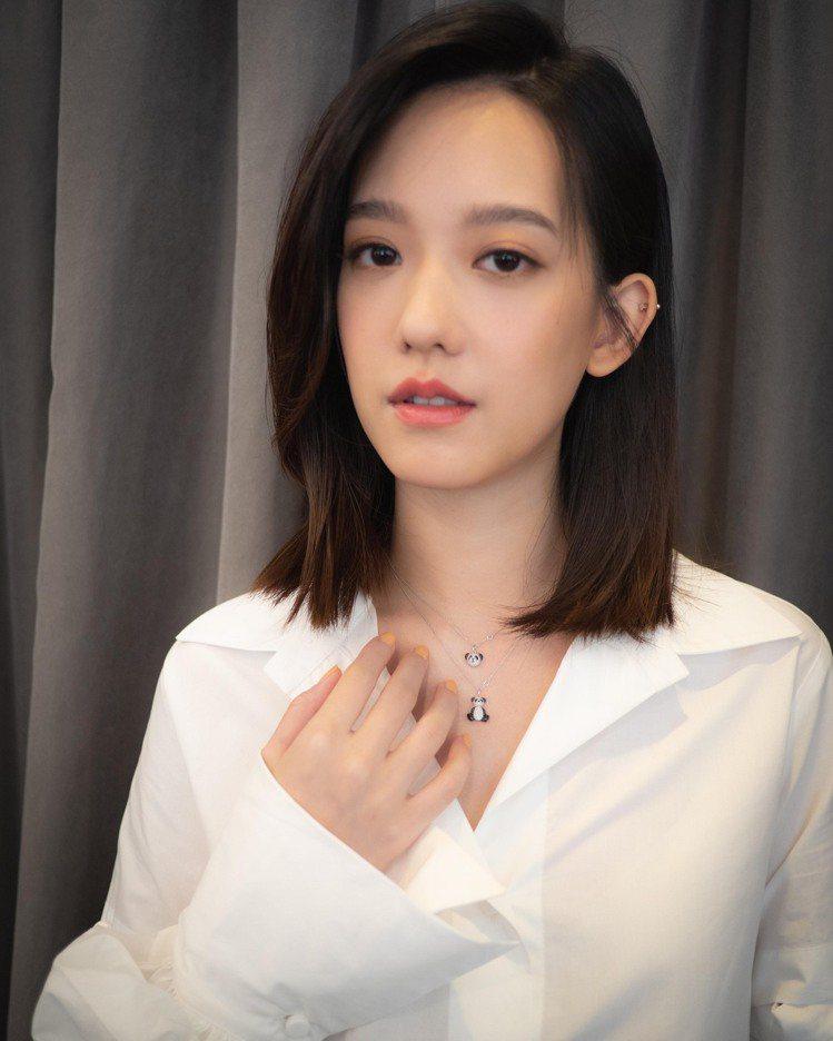 除了林柏宏外,孟耿如也配戴了Qeelin Bo Bo項鍊,甜美可愛。圖 / Qe...
