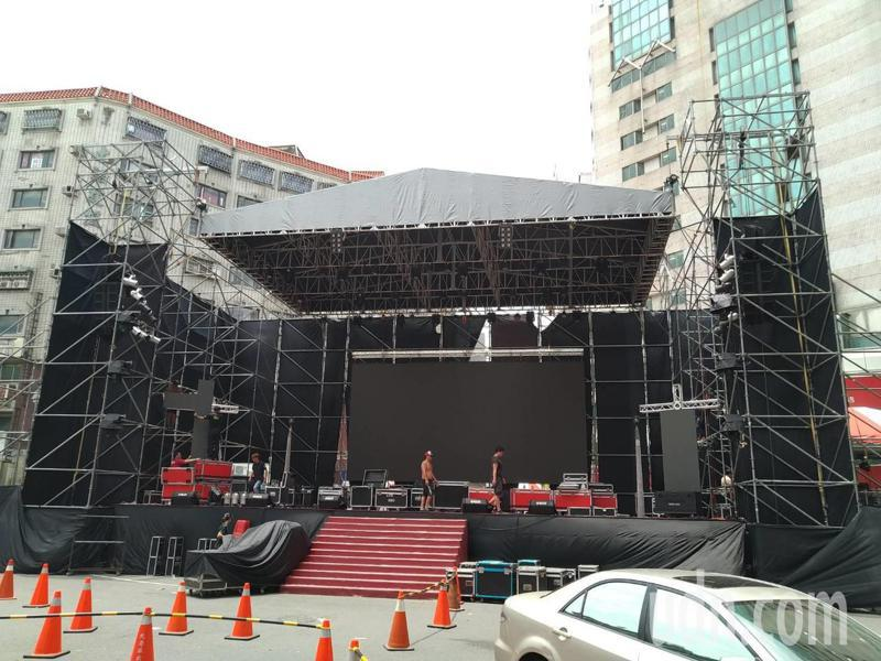 名歌手洪榮宏返鄉在北港顏思齊紀念碑圓環為父親洪一峰獻唱,現場忙著搭設舞台。記者蔡維斌/攝影