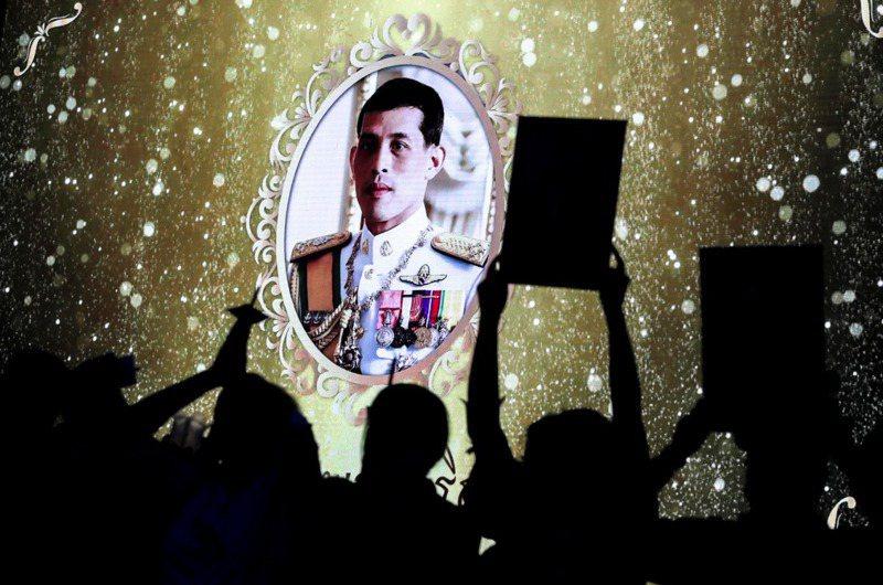 7月28日在泰王生日,泰國公共電視(Thai PBS)臉書直播慶祝國王生日燭光儀式,臉書直播翻譯卻出現錯誤。路透