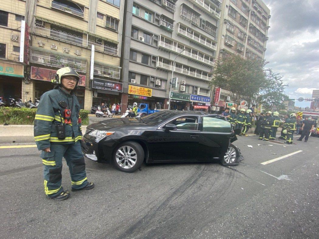 遭追撞的自小客車車尾幾乎全毀。記者李隆揆/翻攝