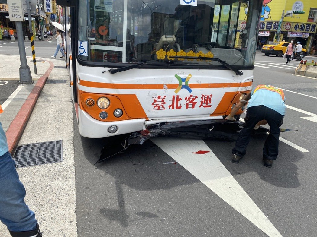 公車一下橋進入台北市,沿和平西路三段行徑時突然煞車失靈,徑直追撞前車。記者李隆揆...