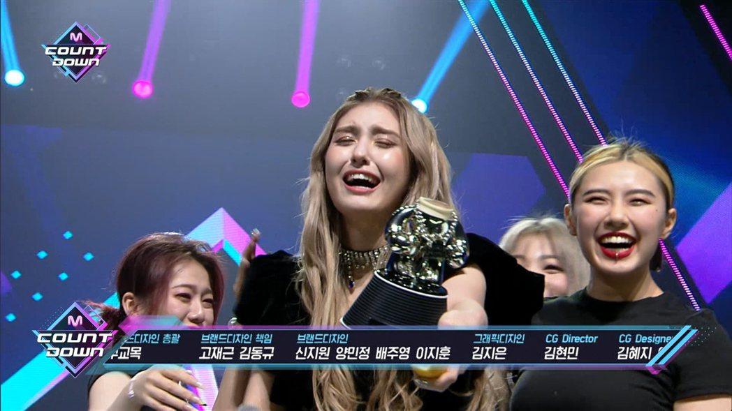 Somi捧著斷頭獎盃哭笑不得。圖/翻攝自friDay影音