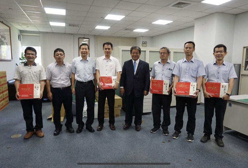 台南市議長郭信良(右四)昨天發送父親節禮品給議會員工。圖/台南市議會提供