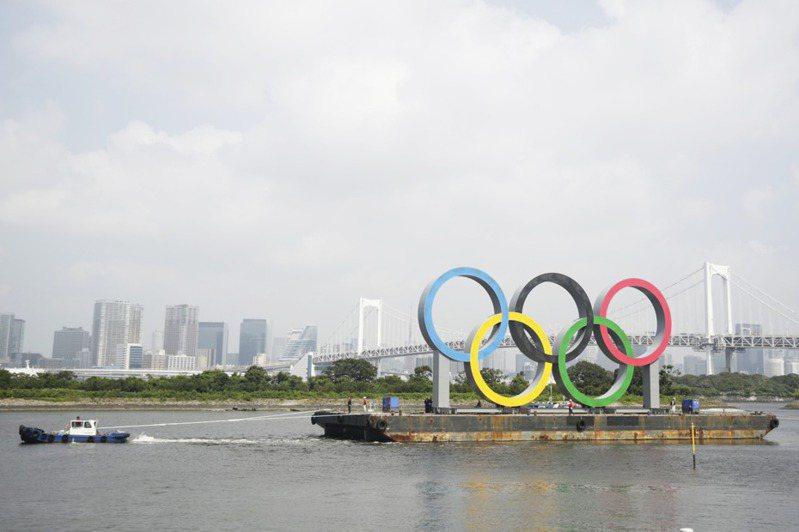 設在東京台場的巨型五環標誌被拖走,進廠保養四個月。美聯社