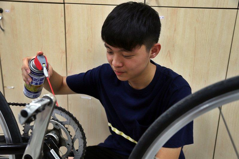 湯子慶表示,科技隊的教學,幫助他學習生活五金工具,現在都能自己DIY檢修自行車。記者卜敏正/翻攝
