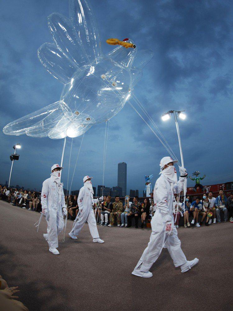 春夏男裝秀發表過程中有許多雲朵、氣球、彩虹、LV字樣等大型充氣裝置。圖/LV提供