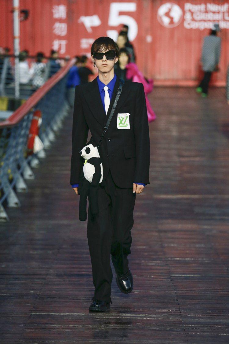呼應環保,西裝上的LV字樣靈感來自回收標章;熊貓也變成提袋新設計。圖/LV提供