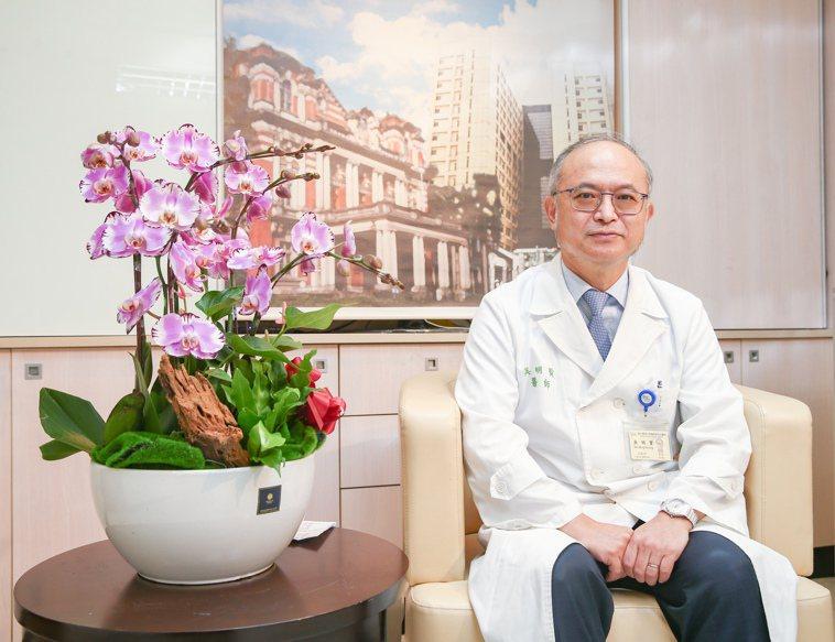 台大醫院院長吳明賢分析,和他一樣在嬰兒潮世代出生的醫師,都會在2030年左右退休...