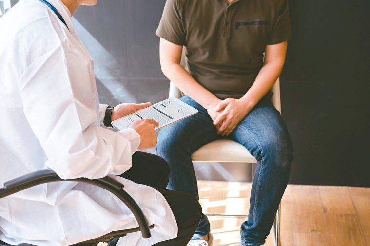 男性年過50後,每年都應找泌尿科醫師檢查攝護腺、泌尿道、內分泌是否異常。圖/12...
