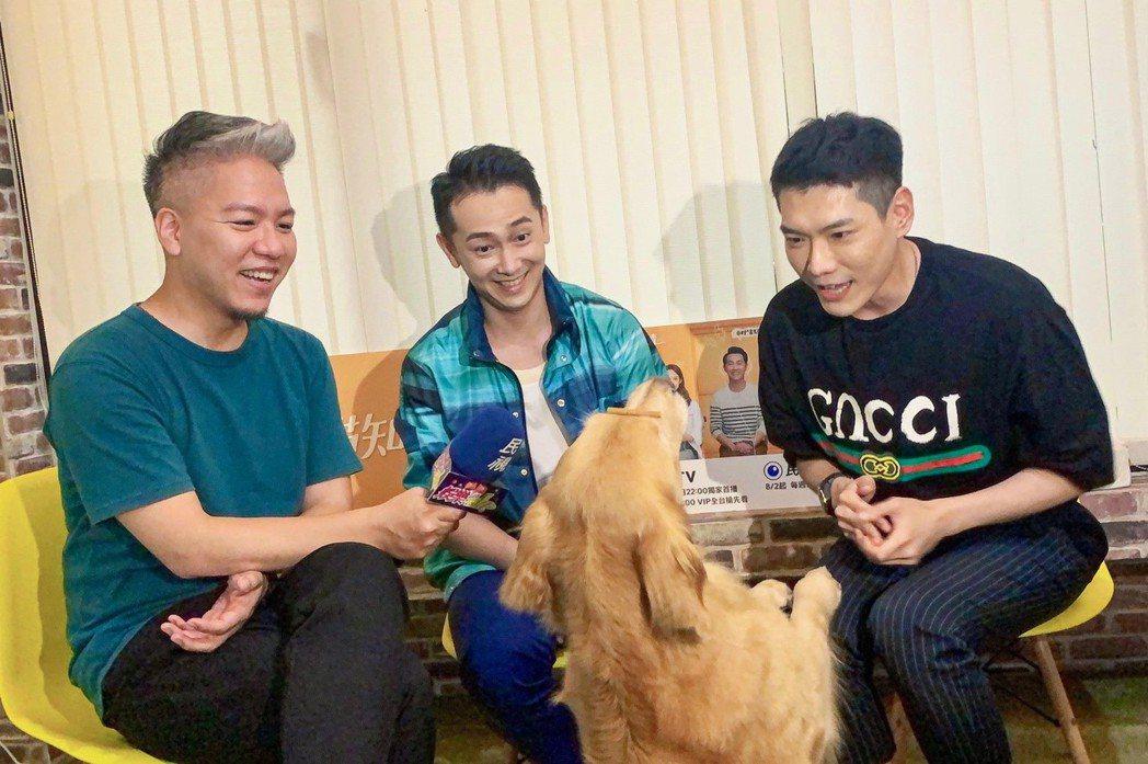施明帥(中)與狗明星小小一起上由小路(右)、主持的「娛樂超skr」節目。圖/民視