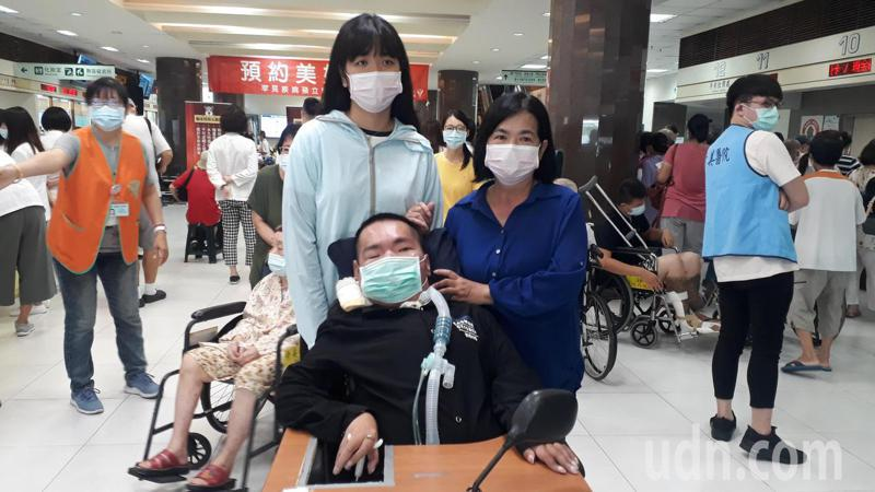 小鐵不向脊髓肌萎症低頭,感謝家人照顧。記者周宗禎/攝影