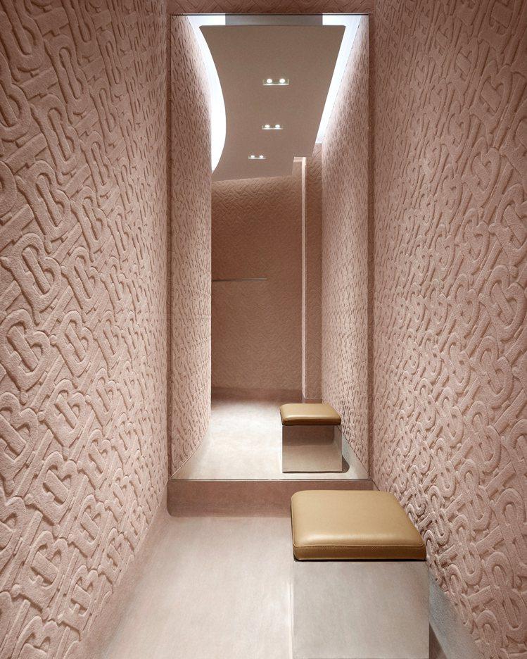 試衣間牆面包括粉紅色的TB款式或是小鹿斑比的絨毛款。圖/BURBERRY提供