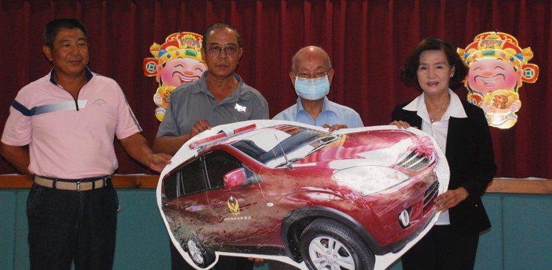 曾是補教名師的吳岳(左),與曾是義消分隊長的哥哥吳基興(左2),選在父親節前夕,今天以父親吳焰木名義,捐出一輛消防後勤車給宜蘭縣消防局。圖/宜蘭縣消防局提供
