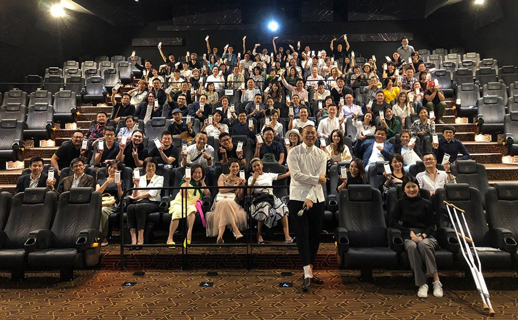 江振誠(前排中)邀請至親好友觀賞「初心」,映後反應熱烈。圖/牽猴子整合行銷提供
