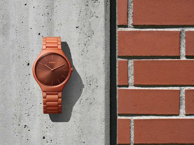 新釋出的RADO True Thinline柯比意限量腕表,以活力橘對比磚牆的橘...