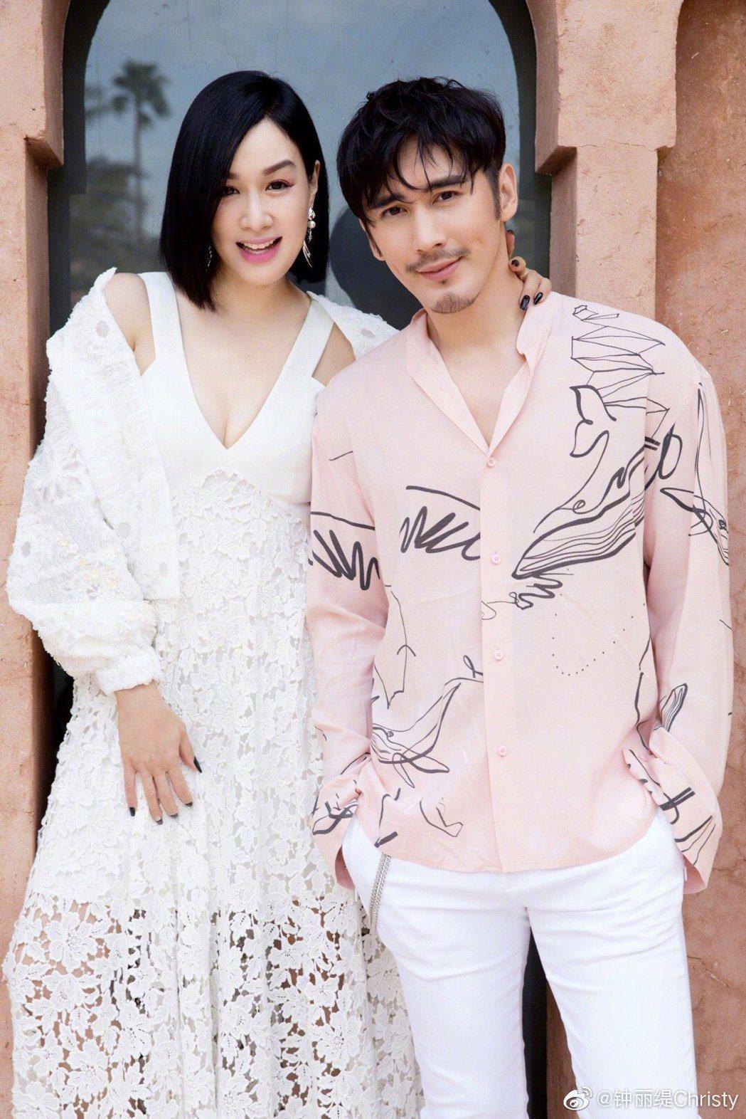 鍾麗緹(左)與丈夫張倫碩(右)結婚4年,感情依舊甜蜜。圖/摘自微博