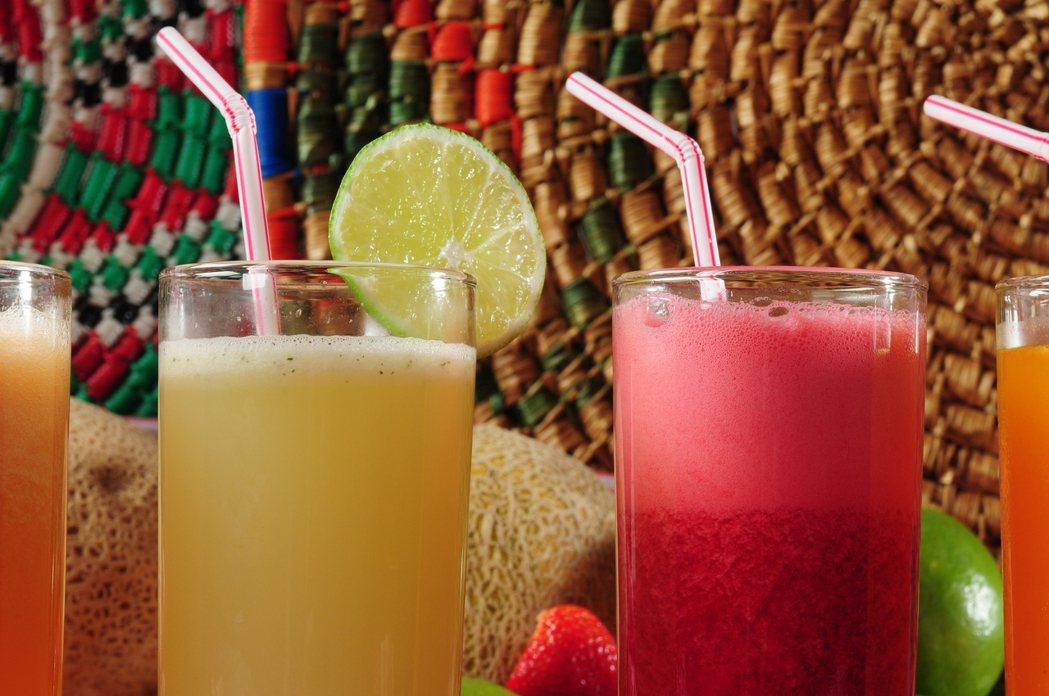 市售「濃縮果汁」調製飲品,喝多了不利減重。圖/ingimage提供