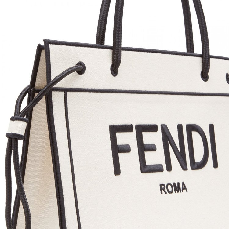 FENDI Roma Shopper側邊的束帶可調整包身空間。圖/FENDI提供