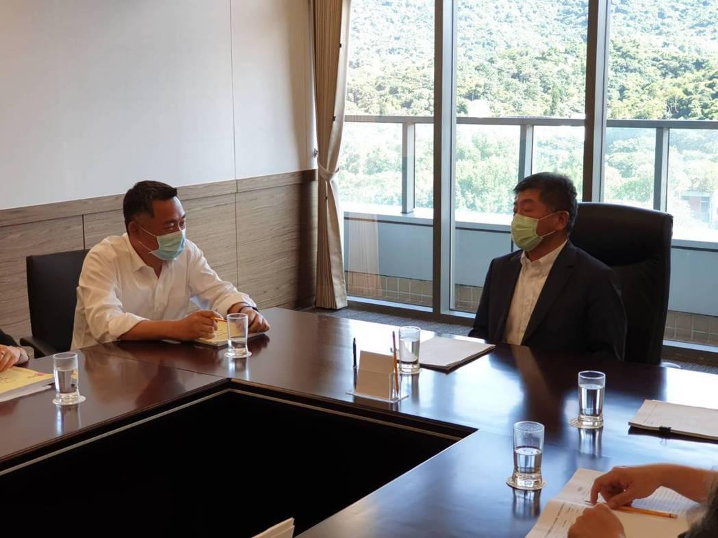 金門縣長楊鎮浯(左)拜會衛福部長陳時中,雙方針對改善金門的醫療問題,討論甚久。圖...