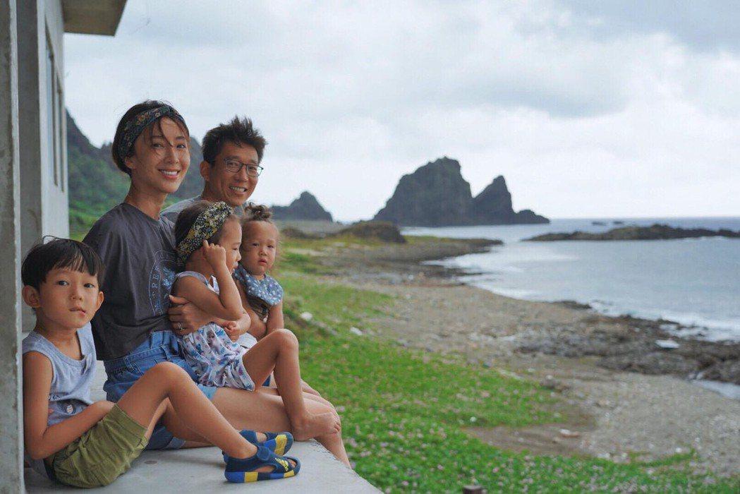 隋棠和老公Tony育有2子1女,一家五口好幸福。圖/摘自臉書