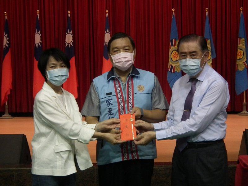 聯合報社長游美月(左)、陳玲基金會董事長李棟樑(左),捐贈慰助金給馬蘭榮家,由家主任楊建和(中)代表接收。 記者尤聰光/攝影